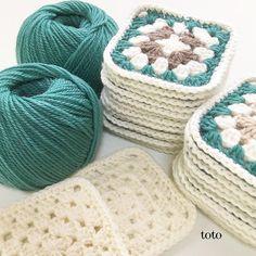 totoさんはInstagramを利用しています:「最近何故か緑色が気になって🌳🥒🥝🌿🍏📗 青緑色の毛糸でブランケットを編み始めました。 仕事の勉強をしながら編み物もしつつ...かなりスローペースではありますがモチーフが積み重なるのを見るのは楽しい🎵 今日はセンター試験の検定料を振込みに行きました。…」