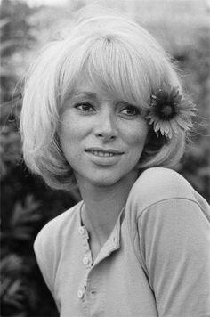 Mireille Darc, née Mireille Aigroz le 15 mai 1938 à Toulon dans le Var, est une actrice et réalisatrice française