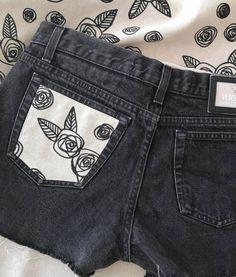 Nouvelle création, nouveau procédé.  Nous avons soigneusement chiné, inspecté et lavé des jeans de marque pour les twister en shorts et en faire des pièces uniques. Après les avoir coupés et effilés nous sérigraphions un motif créé par nos soins sur du tissu (50% coton 50% lin fabriqué en France) pour ensuite le faire coudre sur une des poches. Le petit détail, l'intérieur est également « griffé » de notre marque pour rendre chaque création unique.  Retrouvez nos premiers modèles sur notre… Siblings, France, Shorts, Jeans, Fashion, Pockets, Baby Born, Pattern, Fabric