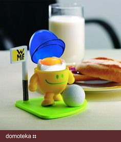 """Zabawny kieliszek do jajka """"Mc EGG BALL"""" firmy WMF jest bezkonkurencyjny na śniadaniowym stole. Jajko na śniadanie ukryte jest pod czapką, która może służyć do zbierania skorupek od jajka. Jak prawdziwy profesjonalista """"Mc EGG BALL"""" rozgrywa na stole swój własny mecz, gdzie przy bliższej inspekcji piłka okazuje się być solniczką.  Nalepki z narodowymi flagami pokażą  dla którego zespołu serca małego fana bije szybciej. Dostępny w salonach Monetti."""