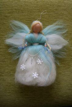 Víla - Paní Zima - cca 25 cm Víla je filcovaná jehlou na sucho z barvené ovčí vlny, vysokácca 25 cm. Dozdobena vločkami a rampouchy. Víla je určena pouze pro dekoraci,lze zavěsit do dětského pokojíčku, ale není to hračka. Prosím neprat, možno jemně oluxovat či otřít vlhkým hadříkem.