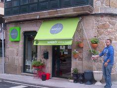 Floristería Mariló, en Ribeira, después del cambio de tela del toldo