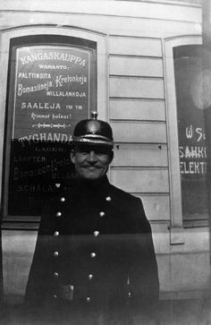 Poliisi kangaskaupan edessä. - Finna - Helsingin kaupunginmuseo