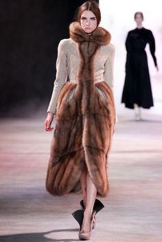 Ulyana Sergeenko - Haute Couture Fall Winter - Shows - Vogue. Fashion Moda, Fur Fashion, Trendy Fashion, High Fashion, Winter Fashion, Fashion Show, Womens Fashion, Fashion Design, Style Couture