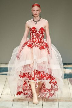 The complete Alexander McQueen Fall 2020 Ready-to-Wear fashion show now on Vogue Runway. Alexander Mcqueen Schuhe, Alexandre Mcqueen, Alexander Mcqueen Couture, Alexander Mcqueen Dresses, Runway Fashion, High Fashion, Daily Fashion, Street Fashion, Fashion Fashion