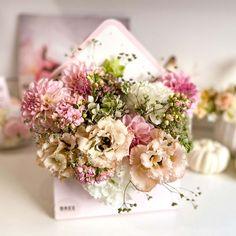 Igazán bájos boríték alakú virágdoboz, melyben szezonális élő vágott virágokból készül tűzött kompozíció. Frisseségét sokáig megtartja, tökéletes választás, ha nem a megszokott virágdoboz formákkal szeretne meglepni valakit. Az itt látható virágdoboz nincs készleten van, rendelésre készül. Floral Wreath, Wreaths, Table Decorations, Furniture, Home Decor, Floral Crown, Decoration Home, Door Wreaths, Room Decor