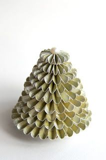 Crafting ideas: A Christmas tree made out of the rosettes sizzix die cut by Tim holtz