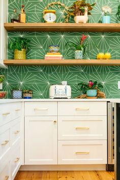 Funky Kitchen, Boho Kitchen, New Kitchen, Kelly Green Kitchen, Modern Retro Kitchen, Tropical Kitchen, Kitchen Ideas, Kitchen Pantry, Small Kitchen Decorating Ideas