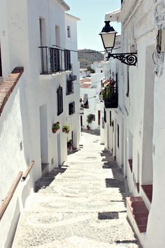 Beautiful Mediterranean streets <3 Check out our top 5 vacation destinations for asthmatics