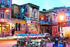 Rote Flora im Schanzenviertel, Hamburg, Germany. T I P Sctraßenfest in der Beckstraße ein echtes Highlight Aus den Fenstern verkaufen Anwohner ihre selbstgemixxten Caipis & Limos. Auf einer kleinen Bühne gibt's erst Live-Musik, später DJ-Sets und ganz nebenbei findet natürlich immer ein kleiner Flohmarkt statt.