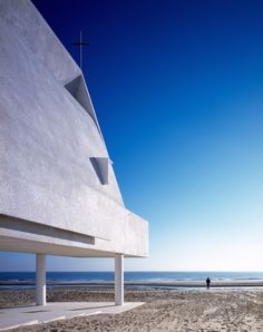 Vector Architects has built a little white chapel on a Chinese beach, but raised it up above the sands so that seawater can wash underneath. Named Seashore Chapel, the sculptural… Sacred Architecture, Religious Architecture, Chinese Architecture, Interior Architecture, Interior Design, New District, Architecture Religieuse, Architects Journal, Seaside Towns
