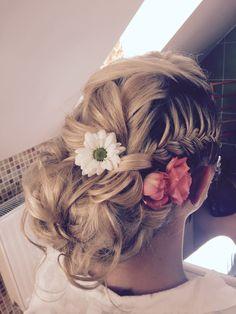 Svatební účes s kytkou pro dlouhé vlasy | Linda Schenková - Vizážistka a vlasová stylistka | Svatba.cz Dreadlocks, Hair Styles, Beauty, Hair Plait Styles, Hair Makeup, Hairdos, Haircut Styles, Dreads, Hair Cuts