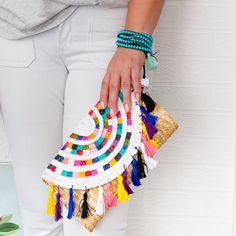 Turn a plain straw clutch in to a beautiful statement piece. Diy Clutch, Diy Purse, Clutch Bag, Diy Overnight Face Mask, Diy Craft Projects, Crafts, Craft Ideas, Diy Tassel, Jute Bags