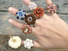 how pretty are these crochet rings Crochet Buttons, Knit Or Crochet, Crochet Crafts, Crochet Projects, Crochet Rings, Crochet Bracelet, Crochet Jewellery, Crochet Flower Patterns, Crochet Flowers