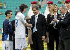 GRA174. SALVADOR (BRASIL), 30/06/2013.- El centrocampista de la selección italiana Riccardo Montolivo (2i) recibe la medalla de bronce de la Copa Confederaciones, tras el partido por el tercer y cuart