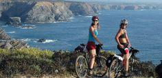Den Klippen entgegen: Radwandern in #Portugal Eine bäuerliche Landschaft ohne Touristenrummel mit dem Fahrrad bestaunen - 24.01.2014 20:00 Uhr ALENTEJO - Runde Hügel ziehen sich bis zum Horizont. Eukalyptusbäume wachsen darauf, der Duft von Macchia liegt in der Luft. Mittendurch verläuft die unsichtbare Grenze zwischen den Regionen Alentejo und Algarve. Das Hinterland der Costa Azul ist ländlich und still - bäuerliches Portugal ohne Kulturschätze und Touristenrummel.