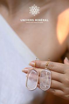 Ces boucles d'oreilles se composent de deux plaques en quartz rose clair naturel, serties par un fil doré. Elles sont sublimes portées sur une jolie robe ou encore un col roulé en hiver. Fil D'or, Quartz Rose, Druzy Ring, Rings, Jewelry, Polo Neck, Ears, Boucle D'oreille, Stone