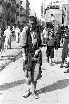 Varsovia, Polonia - un niño hambriento en una calle del ghetto de 1941. Una de las fotografías tomadas por el fotógrafo alemán Willi George en el transcurso de un solo día en el verano de 1941. Las fotografías son únicas por como se llevaron a cabo, mostrando como era realmente el gueto.