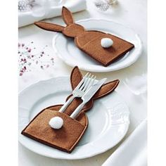 Easter bunny table decoration place setting idea , add a place card popping from the pocket too , making inspirationimages Happy Easter, Easter Bunny, Easter Eggs, Easter Dinner, Easter Party, Easter Projects, Easter Crafts, Spring Crafts, Holiday Crafts