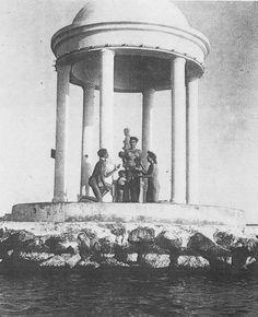 Bakireler tapınağının denizin ortasında içinde heykellerinin bulunduğu dönemi. 1970'lere ait Aşk Mabedi ( Bakireler tapınağı nın gör...