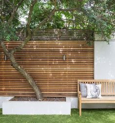 Zde si mi libí ta zadní stěna ze dřeva (která by mohla odstínit domek), před ní ten strom, klidně na vyvýšeném záhoně (asi ne bílý beton (přestože se mi ta kombinace strašně líbí) ale dřevěná konstrukce) - zatím nemám představu o návaznosti té stěny ani na stranu k domu (možná by to šlo řešit návazností na zastřešené stání) ani k vodě.