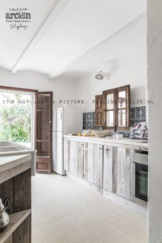 Adorable Wood Rustic Kitchen Cabinet Ideas You Will Instantly Fall In Love 02 Rustic Kitchen Cabinets, Kitchen Interior, Küchen Design, House Design, Wall Design, Casas Containers, Wood Interior Design, Wood Interiors, Cozy House