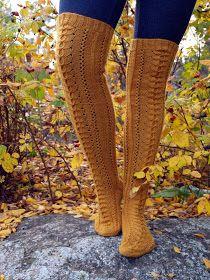 Nämä sukat ovat valmistuneet jo viikko sitten. Viimeiset silmukat kudottiin matkalla mökille. Sama tuttu pitsimalli tällä kertaa syksyn lä...