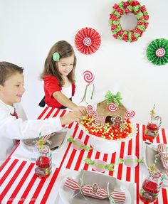 Christmas Candyland inspired kids table for Holiday parties, birthdays or play dates - Lots of creative ideas to copy, favor, games and a FAUX gingerbread house craft!