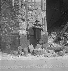 Roman Vishniac holding the street sign for Tauentzienstrasse, Berlin 1947 - Roman Vishniac