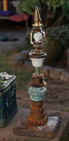 junk art garden sculpture- this site has a lot of garden/yard decoration ideas :)