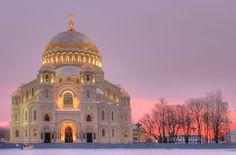 La Catedral Naval de San Nicolás de Kronstadt es una catedral ortodoxa rusa levantada entre 1903 y 1913 como templo principal de la Flota del Báltico, siendo dedicada a todos los marinos caídos.