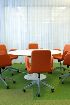 detaljee+10+sisustussuunnittelu+sisustussuunnittelija+interiordesigner+interior+helsinki+pääkaupunkiseutu+toimistosuunnittelu+neuvotteluhuone+kalustesuunnittelu+neuvottelupöytä+Inno Interior+tuolit+Ikea+tekstiilisuunnittelu+verhot+Vallila Interior