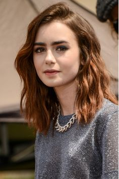 Hair with a hint of auburn Hair Color And Cut, Haircut And Color, Cut My Hair, Her Hair, Lily Collins Cheveux Courts, Cheveux De Lily Collins, Celebrity Long Hair, Lily Collins Short Hair, Short Hair Cuts