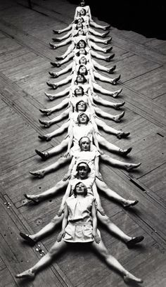 """1929 - """"The Centipede"""" performed by dancers in Brussels. S)---- And acceptable version of The Human Centipede. Vintage Photography, Art Photography, Photography Tutorials, Busby Berkeley, Foto Sport, Photo Vintage, Vintage Images, Just Dance, Black And White Photography"""
