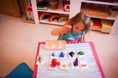 Hoy os traigo una actividad Montessori con imprimible. Como algunos ya sabéis MachoAlfa, además de ser un papá genial y un bricoleador maravilloso, es en su tiempo libre (:P) profe de Secundaria. En los últimos años se ha estado encargado del grupo de Diversificación, del ámbito sociolingüistico.Los sólidos gramaticales es un material que se utiliza …