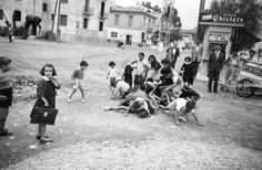 1955 Photo by Hans Gerber. Greece Pictures, Old Pictures, Old Photos, Athens Greece, Kids Playing, Dolores Park, The Past, Greek, Old Things