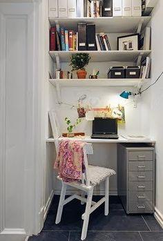 W małych mieszkania liczy się efektywne wykorzystanie każdego kata. Tutaj wolną przestrzeń sprytnie wykorzystano jako miejsce do pracy. - zd...