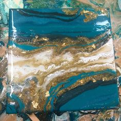 Turquoise and gold geode. with gold flakes. Resin and acrylic. Turquoise and gold geode. with gold flakes. Resin and acrylic. Flow Painting, Pour Painting, Acrylic Pouring Art, Acrylic Art, Gold Acrylic Paint, Pintura Graffiti, Graffiti Art, Art Abstrait, Resin Art