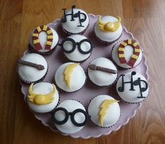 Beautiful cupcake design ideas, including this Harry Potter. Site is in Spanish.