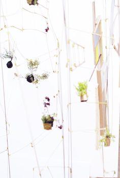 Kaja Sofie Skytte Jensen arbejder med planter, parkstrukturer og rumlige installationer på Statens Værksteder for Kunst. Feb. 2015 Tre projekter er i spil, når Kaja tjekker ind i atelieret på SVK. Med udgangspunkt i de svævende 'planteplaneter' udvikler Kajas projekt sig i flere retninger: Planteplaneterne som designobjekt til eksempelvis boligen Plantegalaksen som et mobilt system til offentlige institutioner, kontormiljøer m.m. Planter, Wreaths, Interior Design, Home Decor, Atelier, Kunst, Nest Design, Decoration Home, Door Wreaths