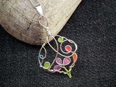 fabriquer des bijoux et pendentif à motifs compliqués, colorés en bleu, vert, rose, lila et orange