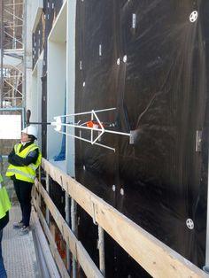 Hoy hemos estado en las obras de construcción de la nueva residencia de estudiantes de la Universidad Europea del Atlántico, en la parcela número 32 del Parque Científico y Tecnológico de Cantabria: Realizando ensayos de tracción perpendicular a paramentos de anclajes con angular colocado.