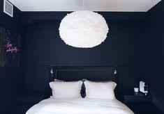 LAMPETOUR I LEILIGHETEN - Ida Wulff. Det ble to House Doctor Swing Vegglampe som sengelamper, i sort selvfølgelig. Dette er en utrolig kul lampe og finnes på en rekke ulike rom rundt om i landet, både på stue, kjøkken og soverom. Swing er justerbar og har asymmetriske og skrå vinkler, noe som bryter fint mot valget av taklampe, en VITA Eos XL fjærlampe i hvit.