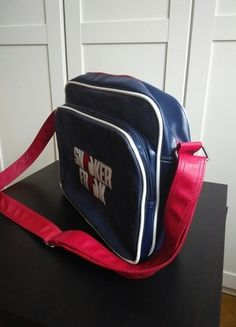 Kupuj mé předměty na #vinted http://www.vinted.cz/damske-tasky-a-batohy/tasky-pres-rameno/8338295-modra-sportovni-taska-sneaker-freak