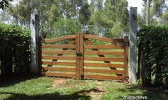 Porteira de Madeira - Modelo Arco 7 Réguas Farm Fence, Fence Gate, Fencing, Front Gates, Entry Gates, Simple Gate Designs, Equestrian Stables, Driveway Entrance, Wooden Gates