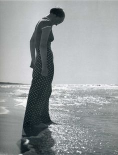 Woman at the Sea by Andreas Feininger 1933 The Amazing Maldive Islands Pictures) Black And White Beach, Black And White Pictures, Photo Vintage, Vintage Photos, Great Photographers, Beach Photography, Abstract Photography, Vintage Photography, Great Photos