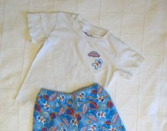Update after sewing for a couple more years, I realized this little tutorial could use some revisions. Boys Pajama Pants, Pajama Pants Pattern, Pants Pattern Free, Toddler Pants, Boys Pajamas, Free Pattern, Serger Projects, Sewing Projects, Sewing Ideas