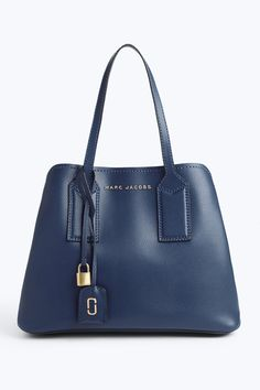 Sleek and discerning, meet our newest bag with taste to spare. Carefully edited, the Editor features the best aspects of a day-to-day bag with the elegance to blend into even the most formal scenario, including an interior section that unzips completely for the bag to lay flat. Meet the pinnacle of convenience.