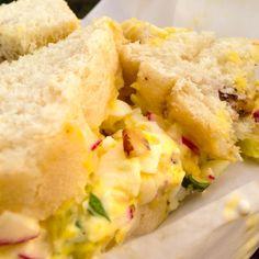Recette de sandwich aux oeufs, radis et cornichons - Le pamplemousse picoté