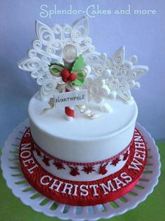 The only inspiration you need to make your best Christmas cake. Browse our gallery of 50 brilliant Christmas cake ideas. Christmas Cake Designs, Christmas Cake Decorations, Christmas Cupcakes, Christmas Sweets, Holiday Cakes, Noel Christmas, Christmas Baking, Xmas Cakes, Christmas Snowflakes